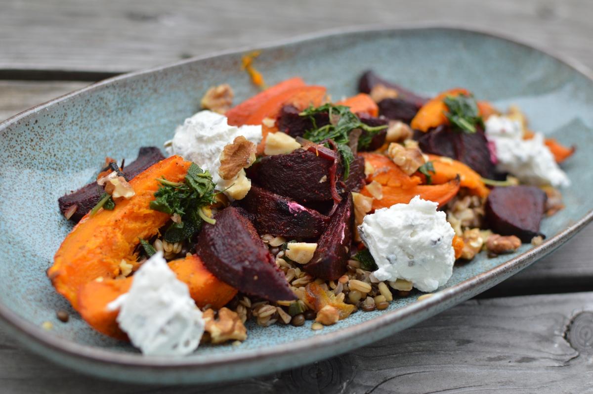 Hafer-Belugalinsen-Salat mit Ofengemüse, Ziegenfrischkäse und ...